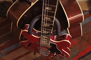 Siiiiick little fiddle courtesy of Bill's guitar revival skills